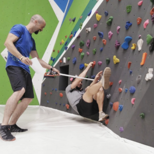 Pide ayuda a empezar a escalar